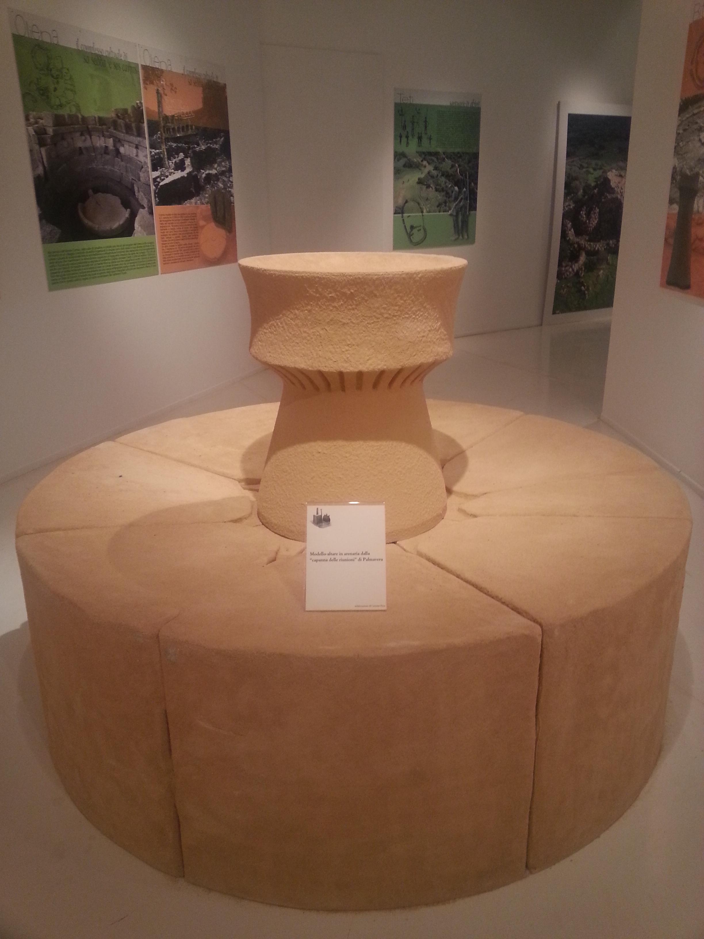 """modello-altare in arenaria dalla """"capanna delle riunioni"""" di Palmavera"""