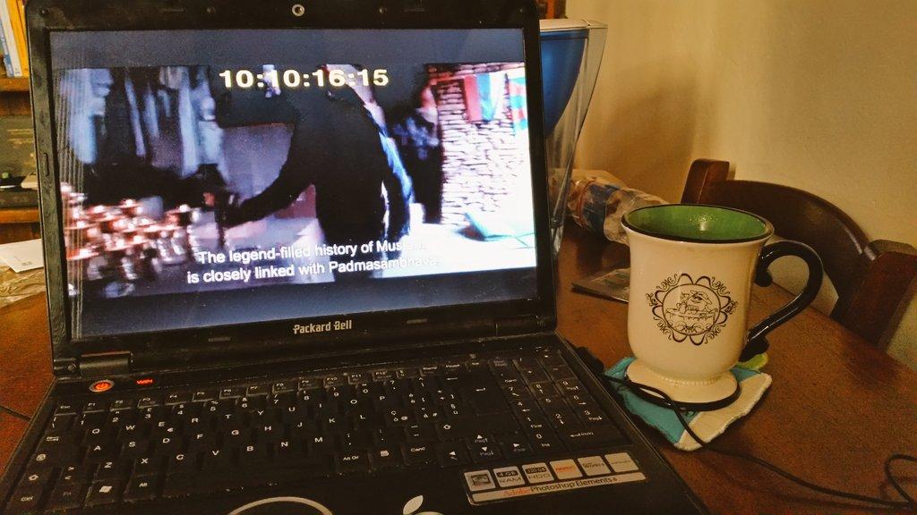 Un momento del lavoro di giurata: la visione di uno dei film con accanto la mia tazza di té
