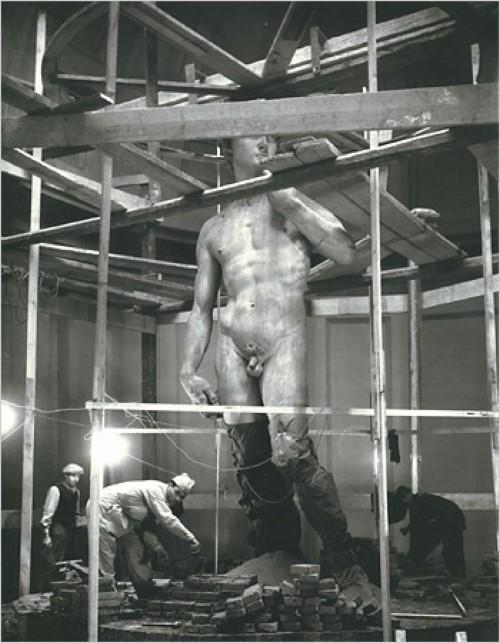 Firenze, Gallerie dell'Accademia, il David viene imballato in ossequio alle misure di Protezione Antiaerea credits: