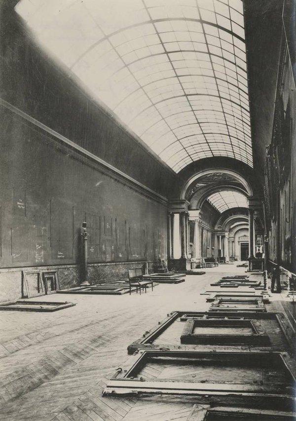 La Grande Galerie del Louvre svuotata delle opere durante la Seconda Guerra Mondiale