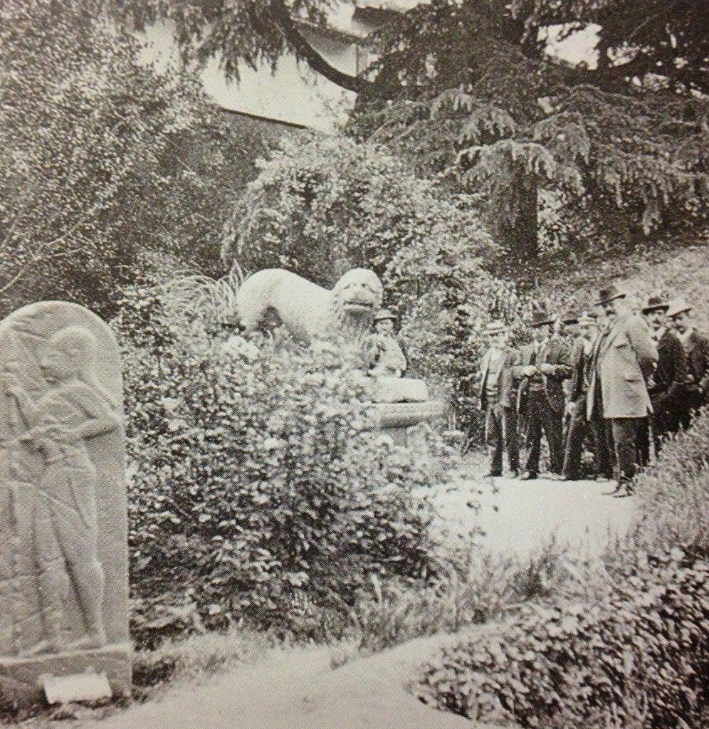 Foto d'epoca: il Giardino del Museo Archeologico Nazionale di Firenze. In primo piano la stele di Larth Ninie