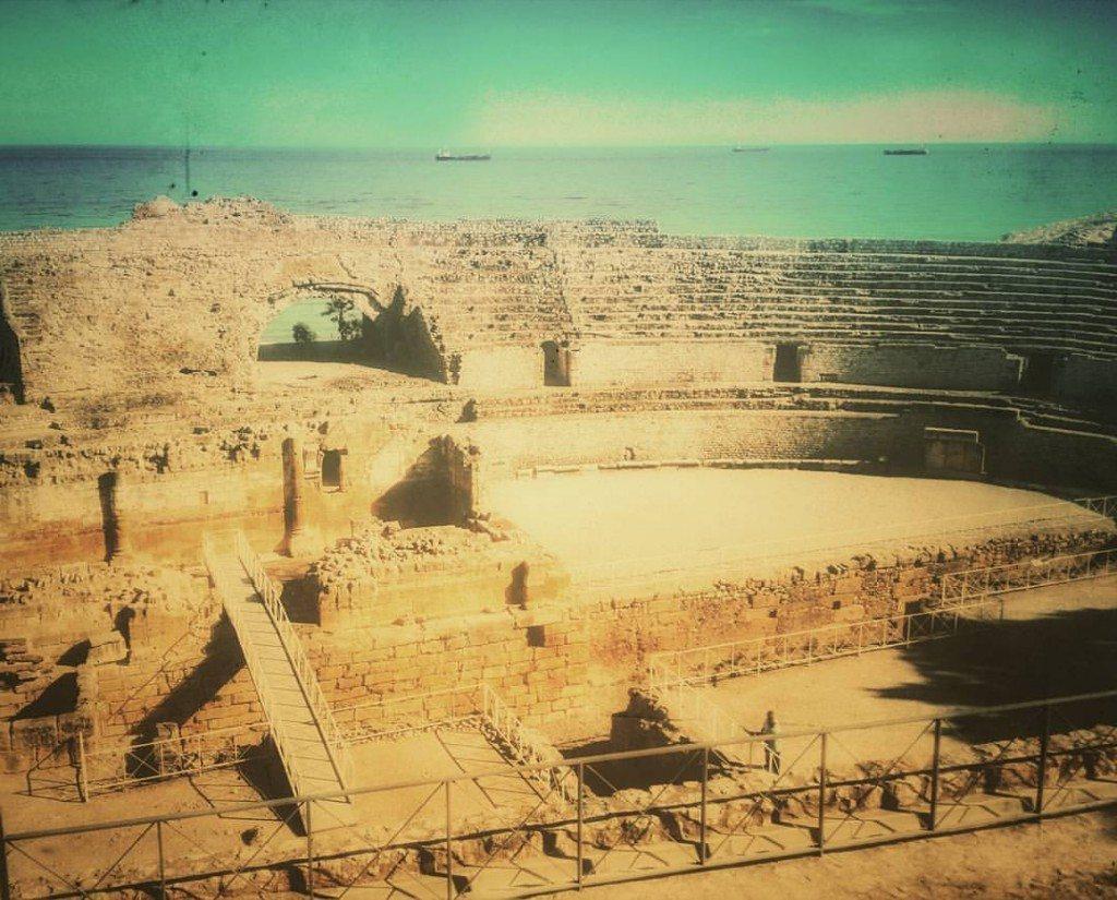 L'anfiteatro di Tarragona, vista mare, e la chiesa di Santa Maria del Miracle nel bel mezzo dell'arena