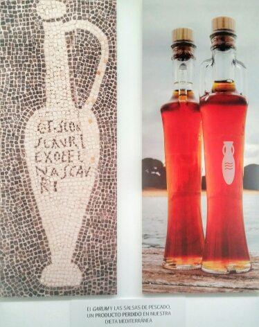 Un'anfora da garum in un mosaico da Pompei e accanto due boccette attuali di colatura di alici (foto: museo archeologico di Baelo Claudia)